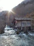 A água místico que flui para baixo das montanhas no alargamento flui Fotografia de Stock