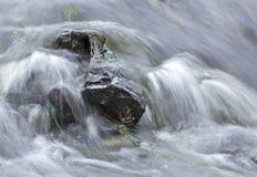 Água macia que apressa-se sobre rochas fotografia de stock royalty free