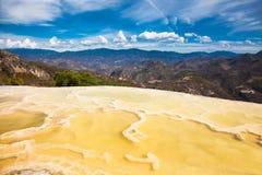 Água mineral térmica do EL de Hierve da mola em Oaxaca, México foto de stock