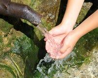 Água nas mãos foto de stock
