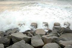 Água nas rochas. fotos de stock