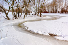 Água, neve e gelo congelados no rio de Dnieper Fotos de Stock