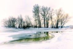 Água, neve e gelo congelados no rio de Dnieper Imagem de Stock