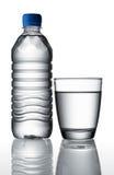 Água no frasco e no vidro Foto de Stock Royalty Free