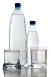 Água no frasco e nos dois copos Imagem de Stock Royalty Free