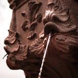 Água no movimento que rippling na fonte imagem de stock
