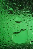 Água no vidro verde foto de stock