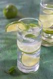 Água nutritivo da desintoxicação com cal e hortelã em um vidro fotografia de stock