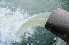 A água passa a tubulação Imagens de Stock