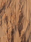 A água penetra as montanhas da areia Fotos de Stock