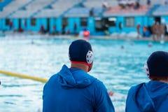 Água Polo Players Observing o jogo foto de stock royalty free