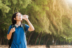 Água potável asiática da mulher imagem de stock
