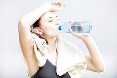 Água potável atrativa da mulher após a classe da aptidão Imagens de Stock