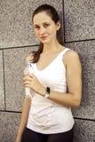 Água potável atrativa da mulher da aptidão após a corrida fotos de stock royalty free