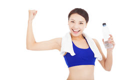 Água potável bonita da mulher e pose muscular Fotos de Stock Royalty Free