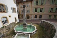 Água potável claro fresca na fonte com cascatas da água, área do rafrescamento na cidade europeia imagens de stock