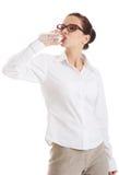 Água potável completa da mulher de negócios do comprimento Fotos de Stock