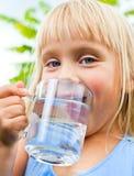 Água potável da criança Foto de Stock