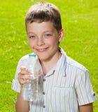 Água potável da criança Imagem de Stock