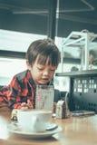 Água potável da criança da palha no restaurante fotos de stock royalty free