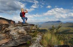 Água potável da mulher na cimeira Austrália da montanha imagens de stock royalty free