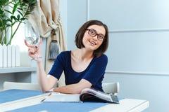 Água potável de sorriso da mulher e empregada de mesa de espera no café Foto de Stock