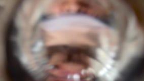 Água potável de um vidro vídeos de arquivo