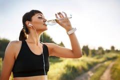 Água potável desportiva da jovem mulher Fotografia de Stock Royalty Free