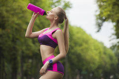 Água potável desportiva e 'sexy' da menina da garrafa Fotografia de Stock