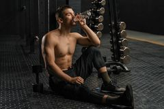 Água potável do homem após o treinamento duro imagens de stock royalty free