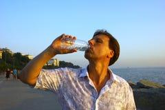 Água potável do homem branco Foto de Stock