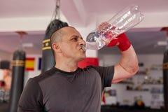 Água potável do lutador foto de stock