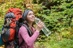 Água potável do turista da jovem mulher Imagens de Stock