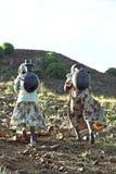 Água potável etíope do talão das mulheres nas montanhas Imagens de Stock Royalty Free