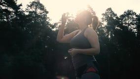 Água potável excesso de peso da mulher após o exercício vídeos de arquivo