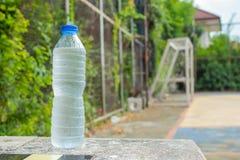Água potável fria em umas garrafas na tabela Fotografia de Stock