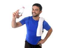 Água potável nova do homem do esporte atrativo e atlético foto de stock royalty free