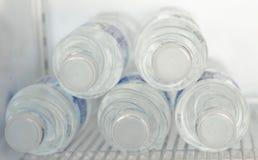 A água potável pura, frio bebe quente extingue a sede imagens de stock royalty free