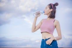Água potável saudável na garrafa, bebida do ` s da menina para thirstily para refrescar foto de stock