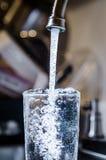 A água potável segura limpa de derramamento da torneira conduz em casa Imagens de Stock