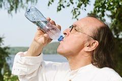 Água potável superior da garrafa imagem de stock