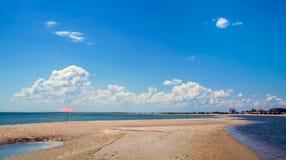 A água pouco profunda entre o mar lavou a terra da foice e as nuvens macias brancas no céu azul, Fotografia de Stock Royalty Free