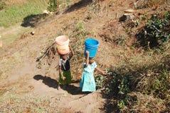 A água preciosa na região de Kilolo, Tanzânia África 33 Foto de Stock Royalty Free
