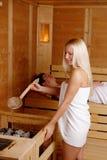 Menina bonita que aprecia na sauna fotografia de stock