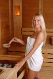 Menina bonita que aprecia na sauna fotos de stock