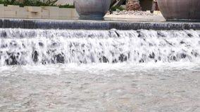 Água que apressa-se para baixo na fonte filme
