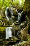 Água que cai fora rochas íngremes. Imagens de Stock Royalty Free