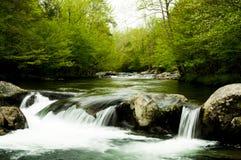 Água que cai fora rochas íngremes. Fotografia de Stock