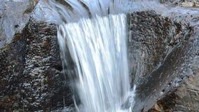 Água que cai na rocha e na pedra da passagem do rio no forset vídeos de arquivo