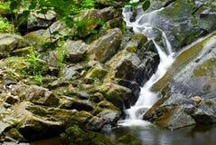 Água que cai sobre rochas Imagem de Stock